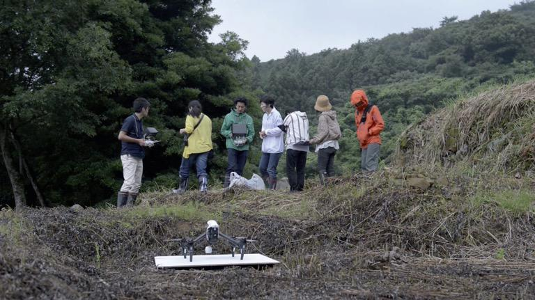With MOON Kyungwon, the research team used a drone to film the ruins. During filming, the drone was flown horizontally, as though scanning the ground, capturing details of the relics with precision.